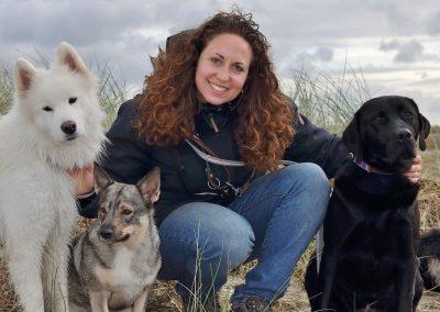 Hundelufter-Michelle-Dayan-paa-tur-med-hundene-i-hundedapleje